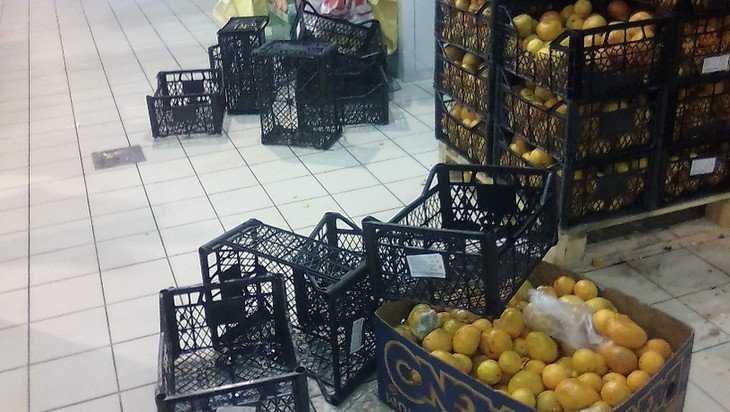 В брянском магазине устроили новогодний мандариновый погром