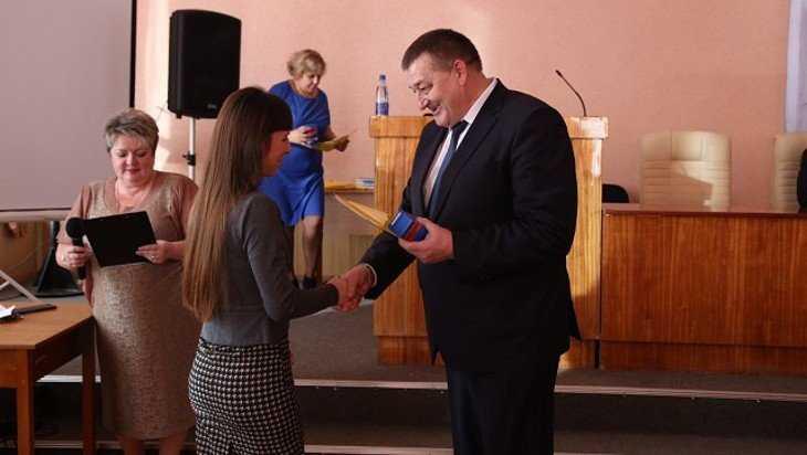 В Клинцах дети-сироты получили ключи от новых квартир