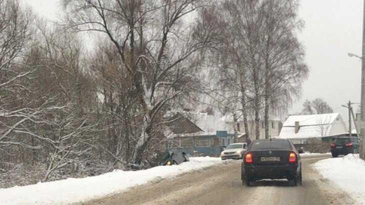 Под Брянском на крутом повороте автомобиль слетел со скользкой дороги