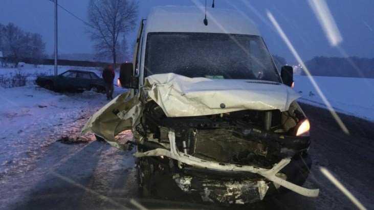 Под Брянском водитель ВАЗ врезался в микроавтобус и разбил лицо
