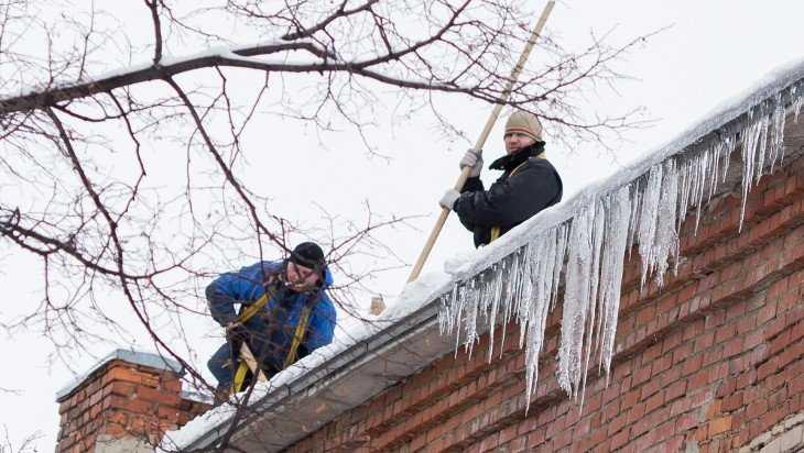 Десять клетнянских школ и детсадов очистили от снега и сосулек
