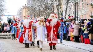 В Брянске прошел парад Дедов Морозов и Снегурочек