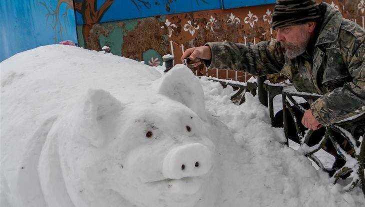 Брянский мастер поразил церковной росписью и снежными скульптурами