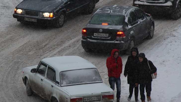 В Брянске снегопад парализовал движение на части улиц