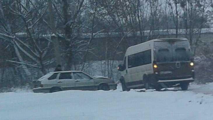 В Брянске на Вокзальной столкнулись легковой автомобиль и маршрутка