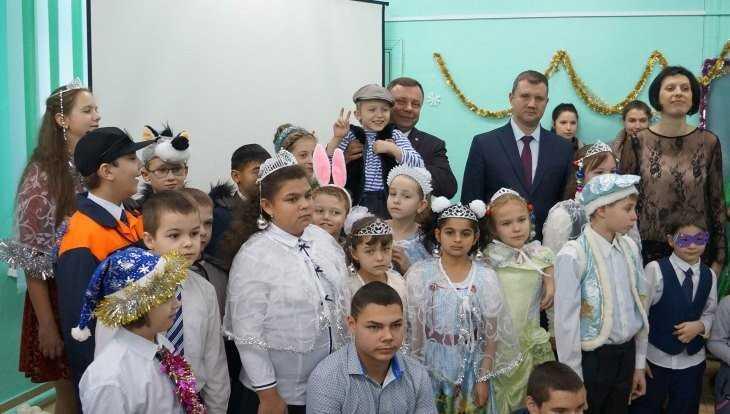 Замгубернатора Оборотов вручил подарки детям в Супоневском интернате