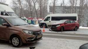 В ДТП под Брянском столкнулись две легковушки и микроавтобус