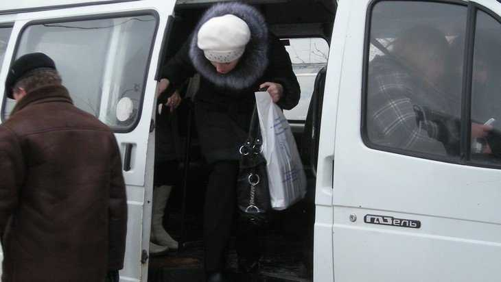 В Брянске водитель маршрутки не пустил в салон дедушку с костылём