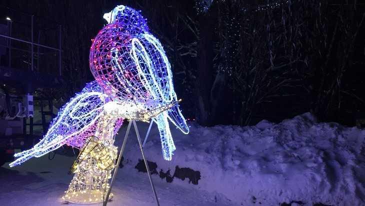 Курган Бессмертия в Брянске украсили снегири и снеговик с оленем