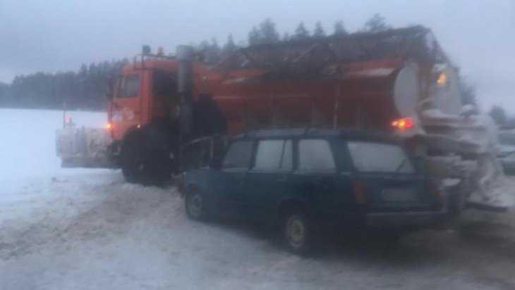 На трассе «Украина» дорожная машина столкнулась с легковушкой