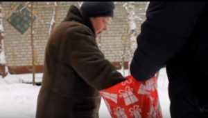 В Брянске загадочные творцы добра вручили пенсионеркам новогодние подарки