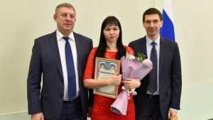 Брянский губернатор Богомаз и полпред Щёголев вручили сиротам ключи от квартир