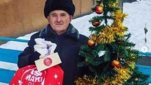 Легендарного пенсионера из видео про ёлочку засыпали подарками