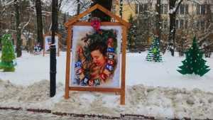 Главную брянскую елку в Круглом сквере обставили ретро-открытками