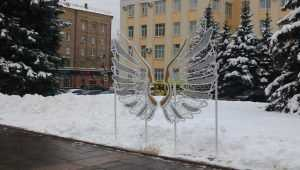 В центре Брянска к Новому году появились светящиеся крылья