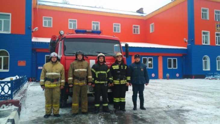 На набережной в Брянске пожарные вынесли из огня инвалида