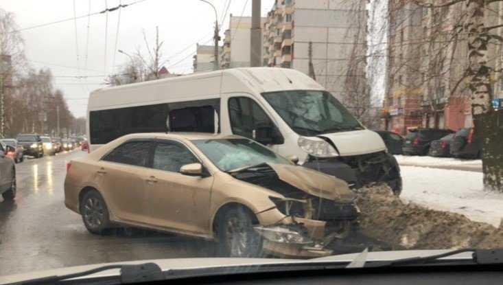 В Брянске на улице Крахмалёва столкнулись Toyota и микроавтобус