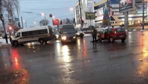 В Брянске у «БУМ-сити» столкнулись маршрутка № 44 и легковушка