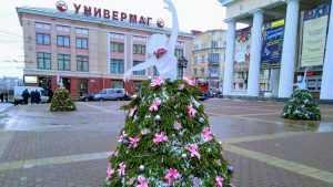 Центр Брянска украсили балерины в платьях с запахом ели