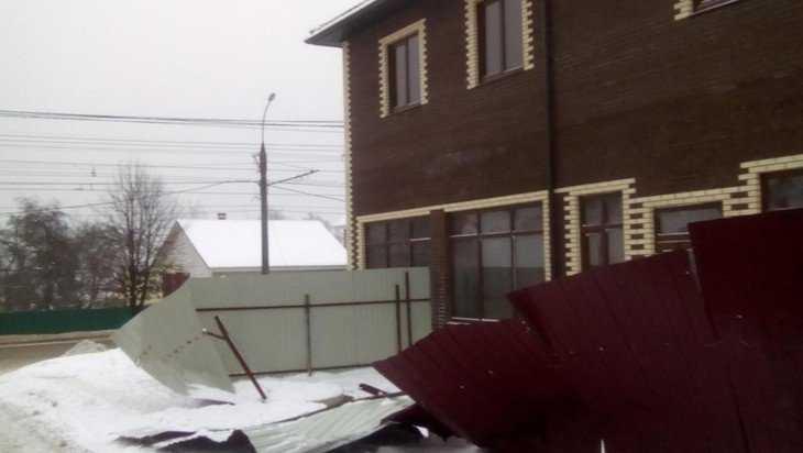 В Брянске глыба снега рухнула с крыши и завалила на тротуар забор