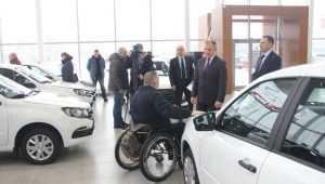 В Брянске вручили автомобили пострадавшим на производстве работникам