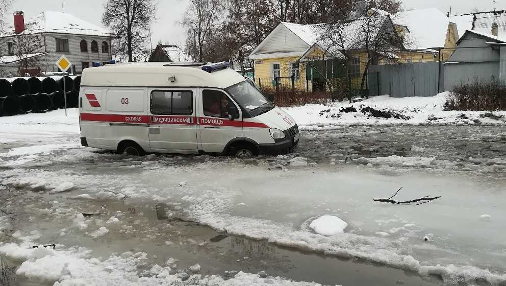 В Брянске на улице Медведева сняли утонувшую в луже скорую помощь