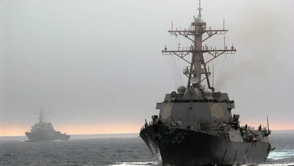 Эсминец США прошел в море под контролем «Адмирала Трибуца» и самолетов