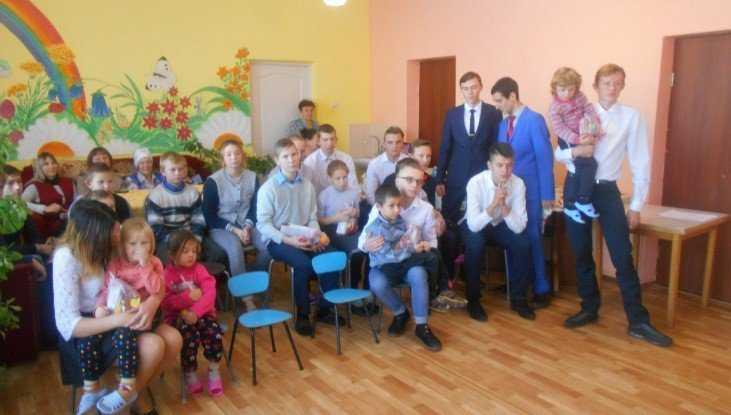 В Клинцовском районе детям из приюта подарили концерт в День волонтёра