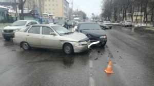 В Брянске в ДТП на улице Литейной водитель получил ушиб колена