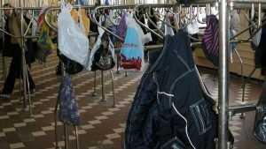 В Новозыбкове из школьной раздевалки украли телефон с наушниками