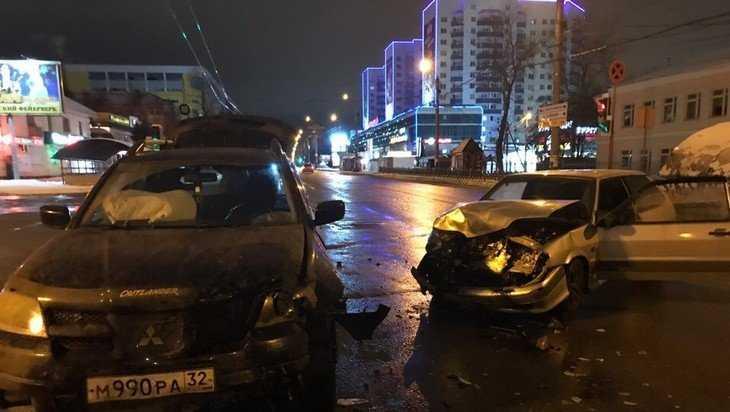 В Брянске ночью на Красноармейской улице столкнулись два автомобиля