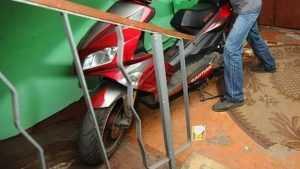 В Клинцах уголовник украл оставленный на ночь в подъезде дома скутер