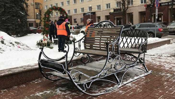 В Брянске площадь вождя украсили новогодние сани
