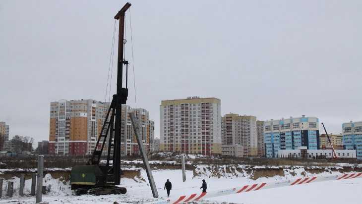 В старом аэропорту Брянска начали забивать сваи на месте будущей школы