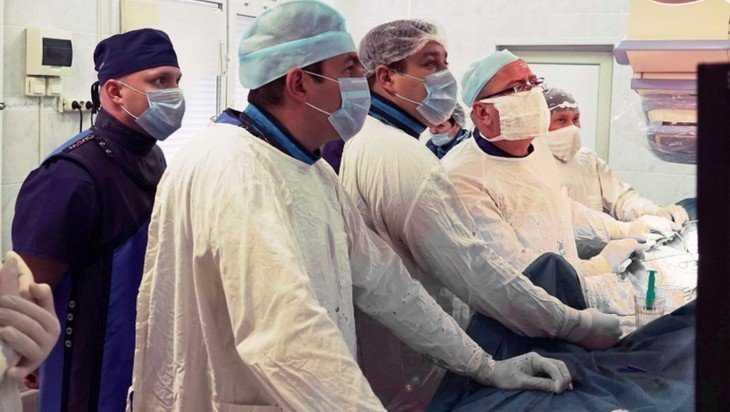 В Брянске медики провели уникальную операцию на брюшной аорте