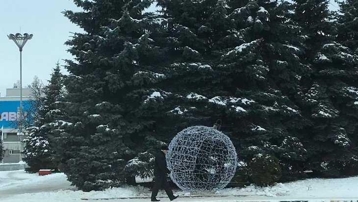 В Брянске на площади Партизан установили светящийся новогодний шар