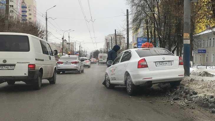 В Брянске возле ТРЦ Тимошковых такси забросили на снежный вал