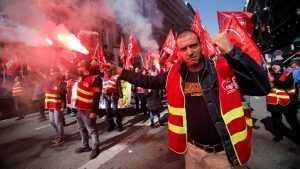 В охваченный протестами Париж вошла бронетехника
