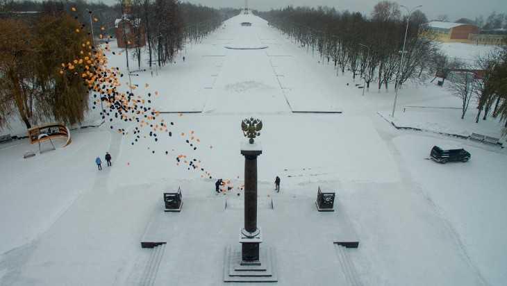 Над Брянском взлетели 500 шаров в День Героев Отечества