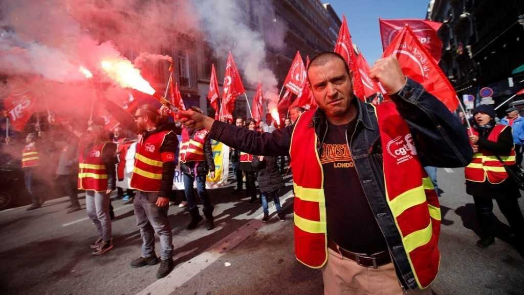 Распылили газ Durachok: что известно о российском влиянии на французские протесты