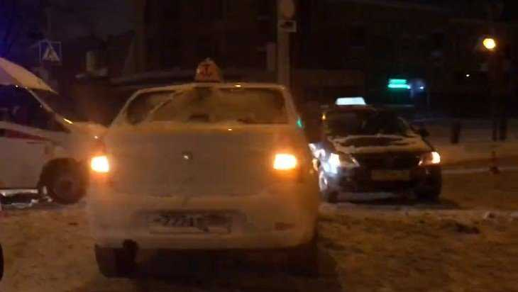 В Брянске у площади Воинской славы после снегопада столкнулись такси