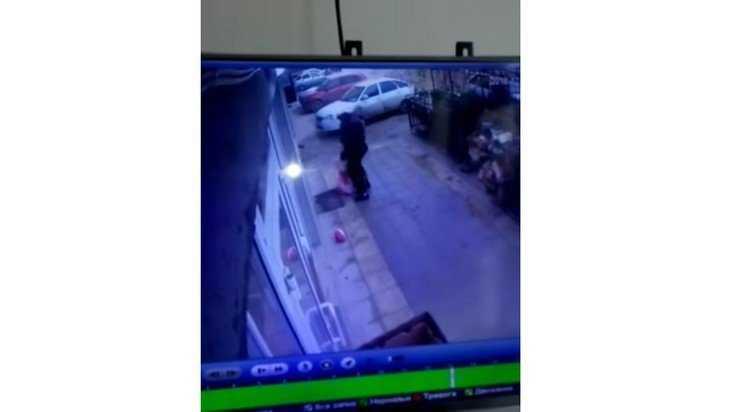 В сети появилось видео чудесного спасения выпавшей из окна пятого этажа девочки