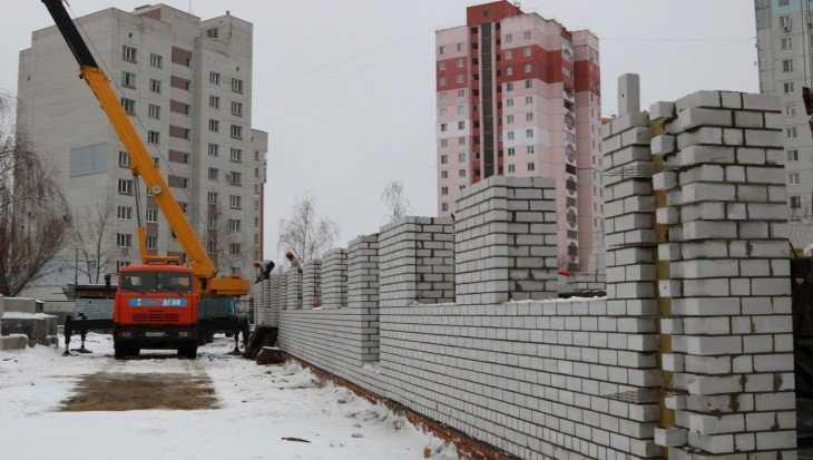 В Брянске новый корпус детсада «Светлячок» строят без выходных