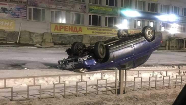 В Брянске на улице Бурова перевернулся автомобиль ВАЗ