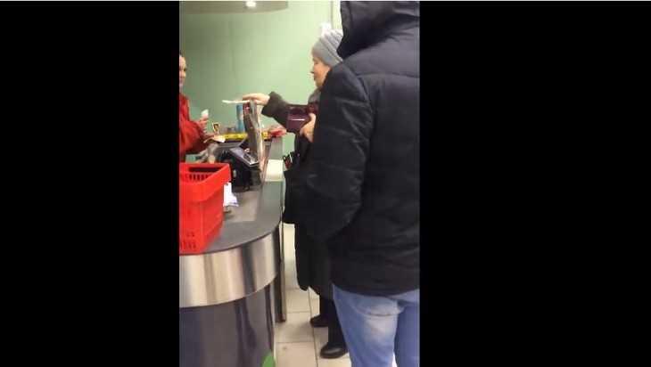 Двое брянцев взялись оплачивать в магазинах покупки пенсионеров