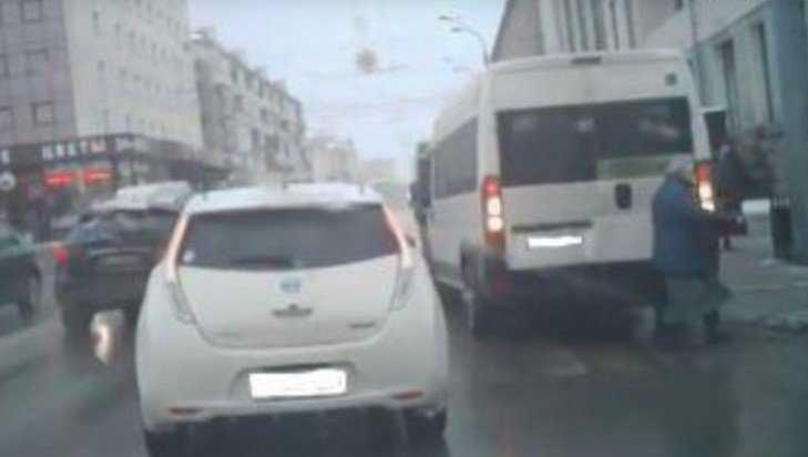 В Брянске по видео наказали маршрутчика, едва не сбившего женщину