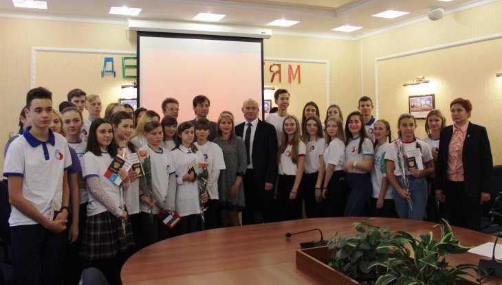 Заместитель брянского губернатора Коробко вручил паспорта юным активистам