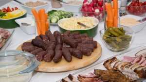 Немцы угостили мусульман вкусной колбасой из свинины