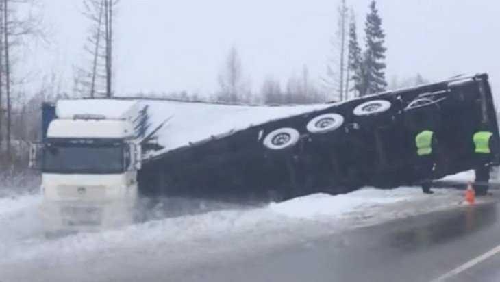 В Жуковском районе водитель фуры на скользком повороте вылетел в кювет