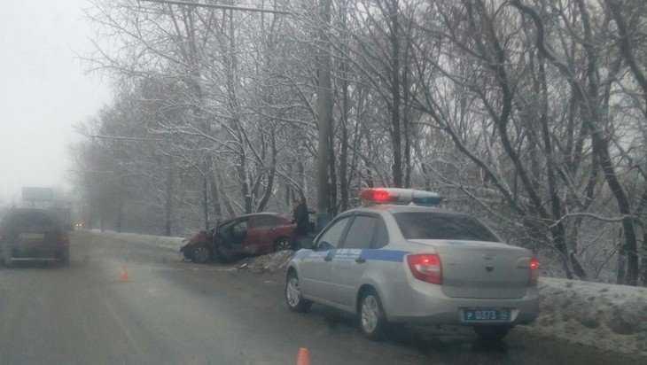 В Брянске возле Черного моста автомобилистка врезалась в столб